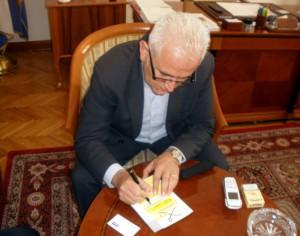 Predsjednik F BiH potpisuje donorsku karticu